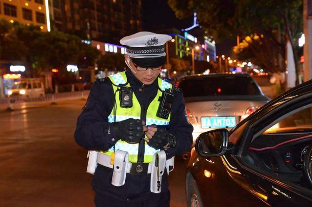 石家庄:男子为省钱酒驾被查 少年半夜飙摩托车