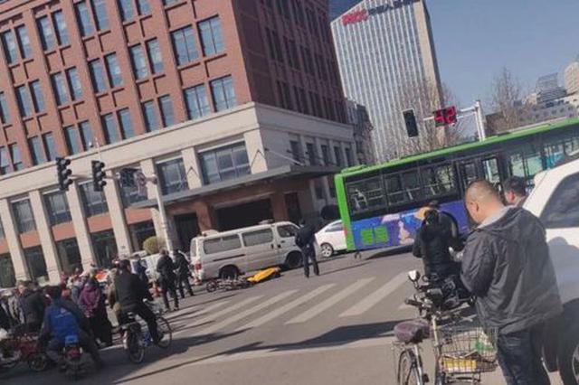 唐山一老人骑电动车路口掉头撞上公交车 当场身亡