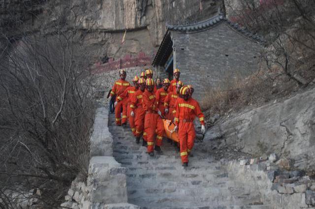 石家庄一游客山中游玩突发急症 倒路边陷入昏迷