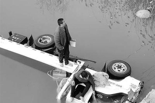 邯郸一对夫妇遭遇坠桥惊魂 驾车躲避车辆栽进河中