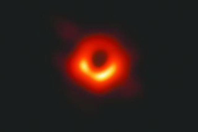 """人类首张黑洞照片面世 黑洞终于拥有一张""""正面照"""""""