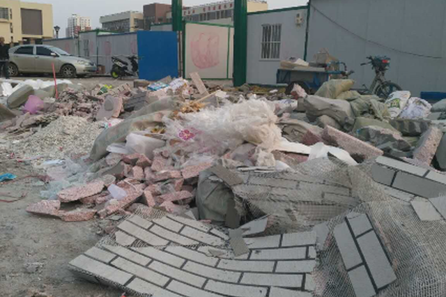 张家口一市场门前变垃圾场 垃圾随意倾倒太任性