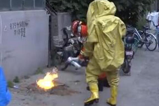消防员大战扰民蜂视频走红 还原事件经过
