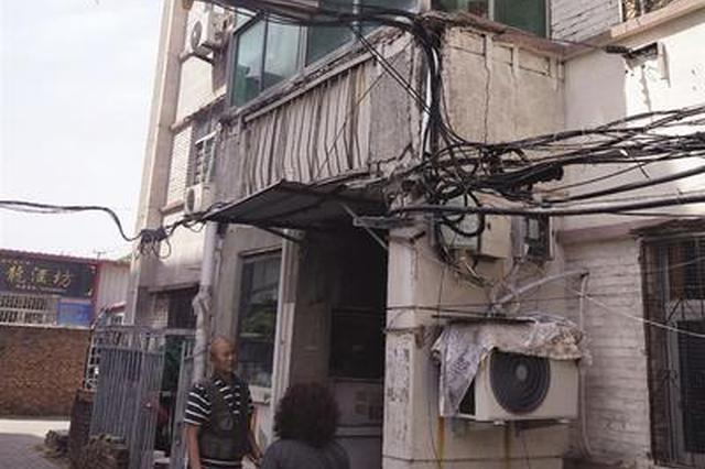 沧州一小区阳台墙面脱落 谁为41年老楼修缮埋单