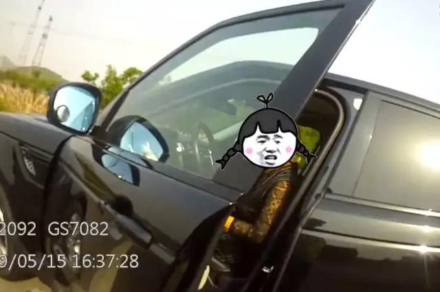 唐山一女司机高速路超车道停车 试图搬开隔离带护栏