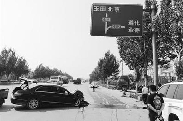 唐山一司机犯困驾驶奔驰车撞向标志杆