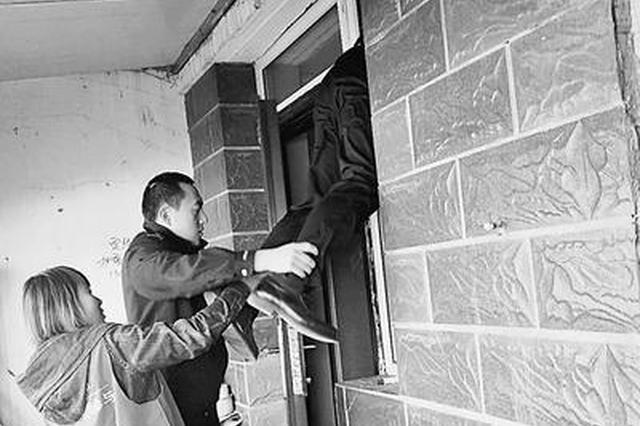 独居盲老人家里摔倒3天无法动弹 干部爬窗救人