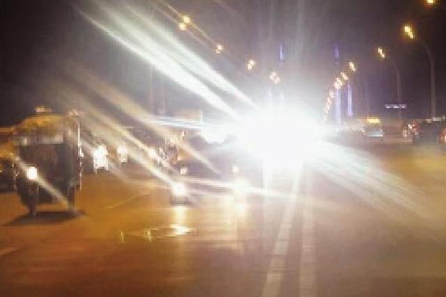 女子滥用远光灯被查 驾照多项违法累计21分
