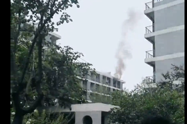 河北一大学宿舍疑似空调故障引发火情 现场浓烟滚滚