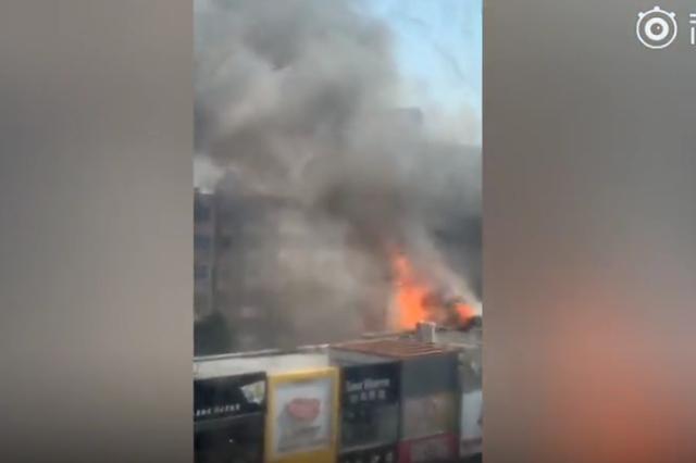 河北滄州一飯店發生爆燃 橙紅色的火團突然爆出