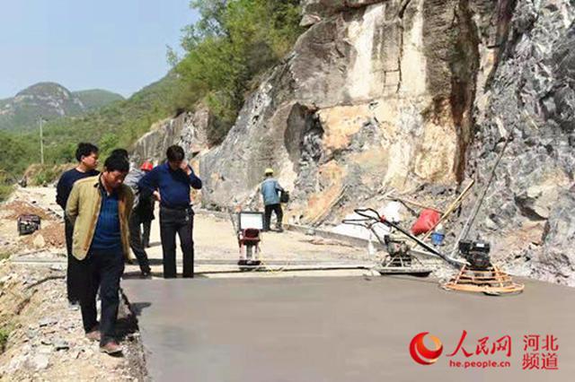 图为县道阳索线史家庄至偏城道路改建施工现场。