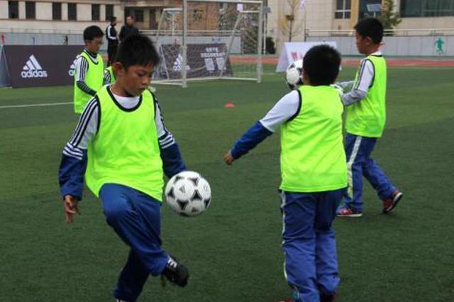 """中国校园足球引进 """"洋教头"""" :不乏极具天赋小球员"""