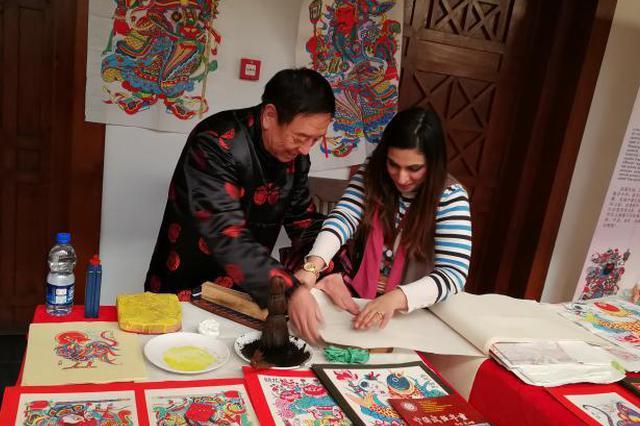 河北武强年画走进巴基斯坦 当地民众品味中国文化
