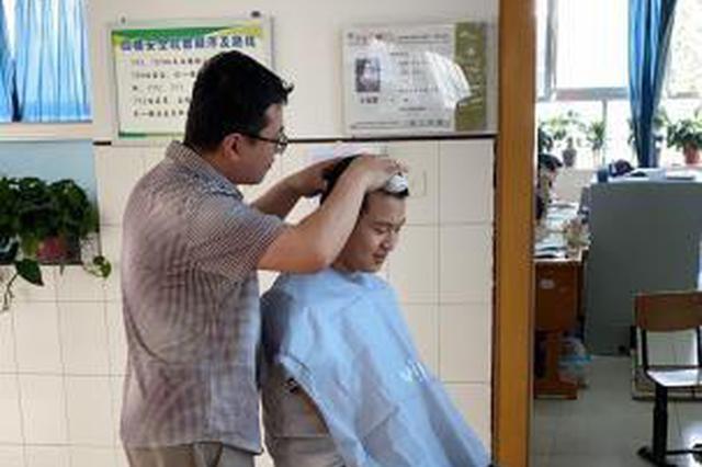 河北衡水中学助力学生备考 高三教师变身美发师为学生理发