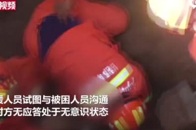 河北一施工现场塌方 消防员徒手刨人施救