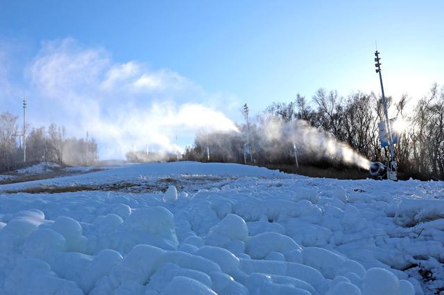 河北崇礼:人工造雪 为滑雪季做准备