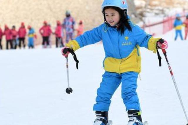 河北张家口:今冬3万名中小学生踏上雪道