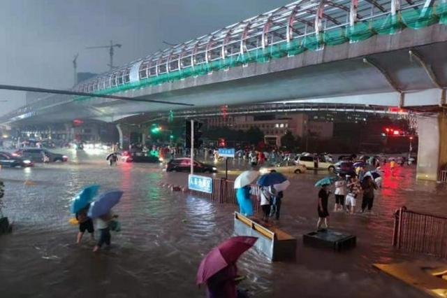 应急管理部调派1800名消防指战员增援河南防汛抢险救灾