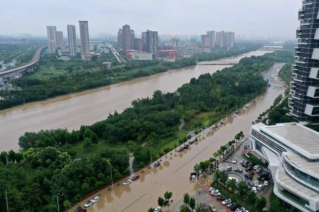 洪灾过后应注意:不要喝生水,被泡过的一切食物都要丢弃