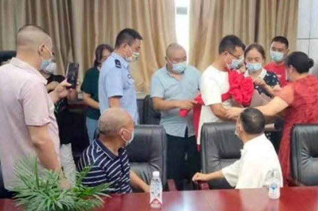 保定蠡县警方助被拐近30年男子回家