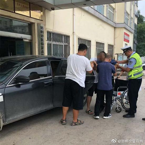 """邯郸民警开启""""绿色通道"""" 争分夺秒救助心梗老人"""
