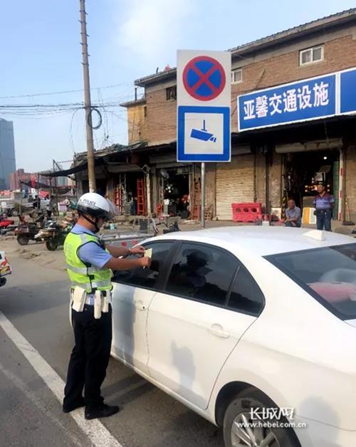 石家庄市交警正在进行道路通行秩序整治。 长城新媒体记者 刘潇 摄