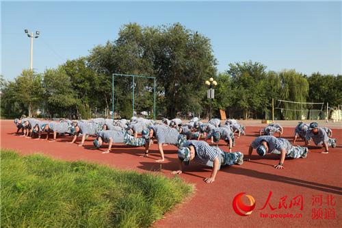 河北衡水中学2020级高一新生在操场参加军训。 宋阳摄