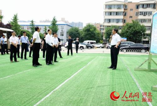 图为7月10日,在全省老旧小区改造现场会中,与会人员观摩唐山市老旧小区改造项目。