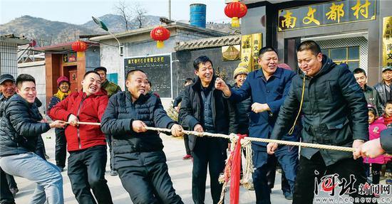 """""""南文都村新春拔河比赛""""在助威声和欢笑声中拉开序幕。"""