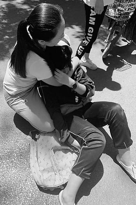 电动车撞伤高中女生逃逸 车把深深扎进女生右腿