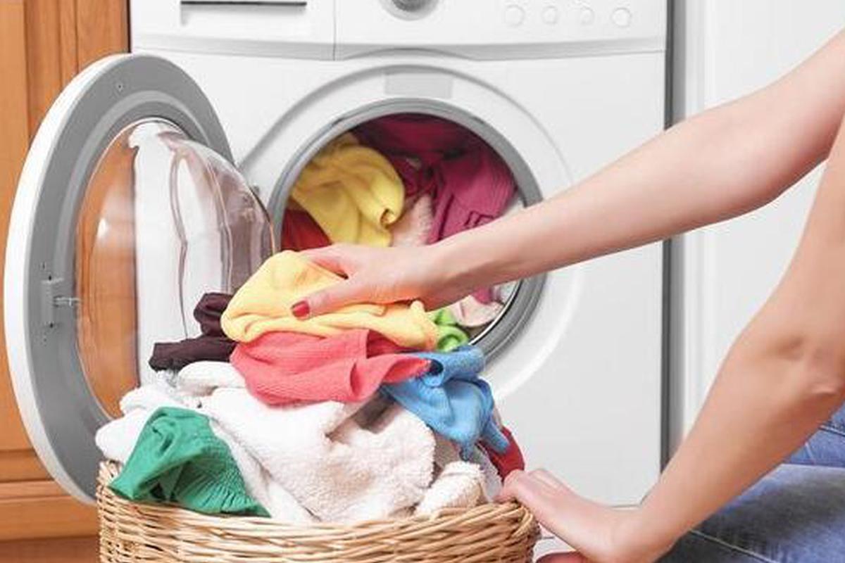 洗衣机里扔2个瓶子 衣服比手洗干净10倍