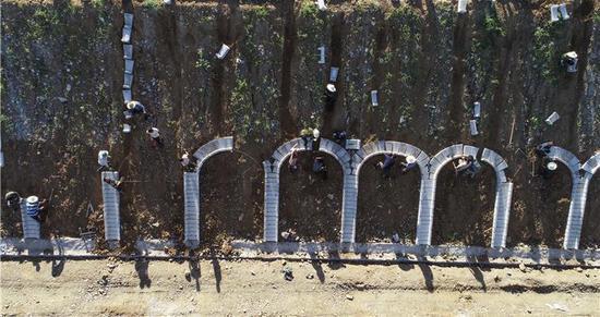 8月29日,京秦高速河北遵化段建设工地的工人在进行边坡防护施工(无人机拍摄)。