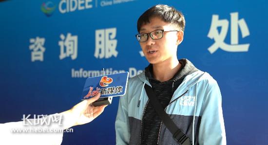青年志愿者在接受采访。记者 卢火青 摄