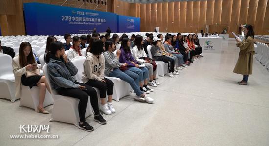 青年志愿者们在参加培训。记者 卢火青 摄