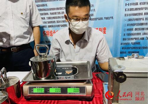 河北省计量监督检测研究院的相关工作人员在对数字指示称进行检测校准。 付兆飒摄