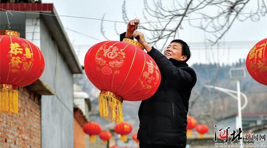 大红灯笼高高挂,南文都村脱贫出列迎来第一春。