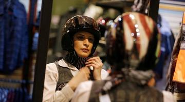 沙特女摩托手裹头巾练习驾驶哈雷