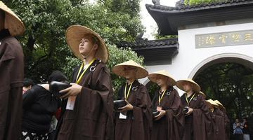 杭州千名僧人 托钵行脚