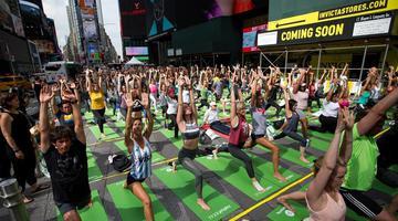 纽约时报广场数千人同做瑜伽迎夏至