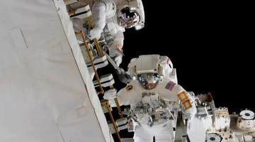 宇航员进行太空行走