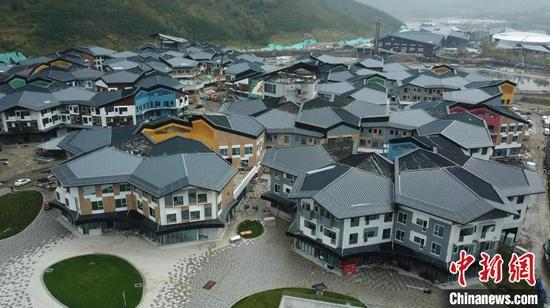 图为9月15日,航拍太子城冰雪小镇。(无人机照片) 翟羽佳 摄