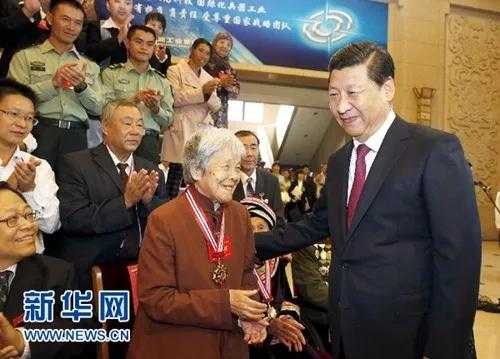 2013年9月26日,中共中央总书记、国家主席、中央军委主席习近平在北京会见第四届全国道德模范及提名奖获得者。这是习近平同全国道德模范龚全珍亲切交谈。新华社记者 鞠鹏 摄