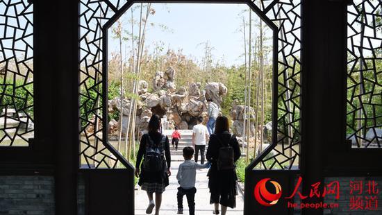 游客在磁州水墨园内游玩。 冯亚萍摄