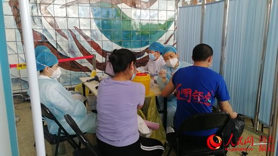 石家庄市民在接种新冠疫苗。 人民网 祝龙超摄