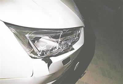 图为肇事车的撞击部位。 朱晓明 摄