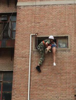 警察消防员联手救跳楼少女
