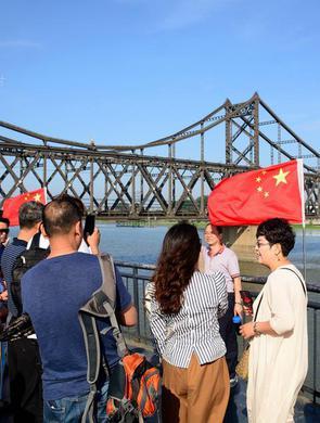 丹东大批民众登上断桥眺望朝鲜