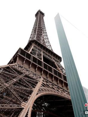 埃菲尔铁塔穿玻璃钢铁铠甲防恐袭