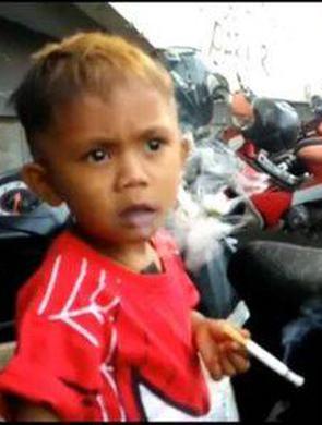 2岁男孩吸烟成瘾 妈妈每天买2包烟