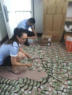 男子2000张现金被烧